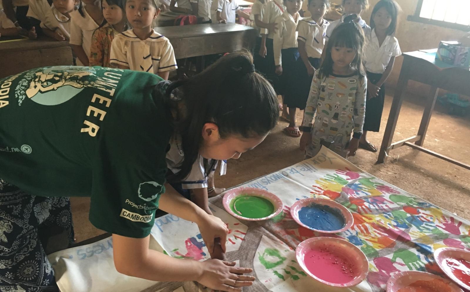 高校生ボランティア新島実梨さんがカンボジアで図画工作の時間をサポート